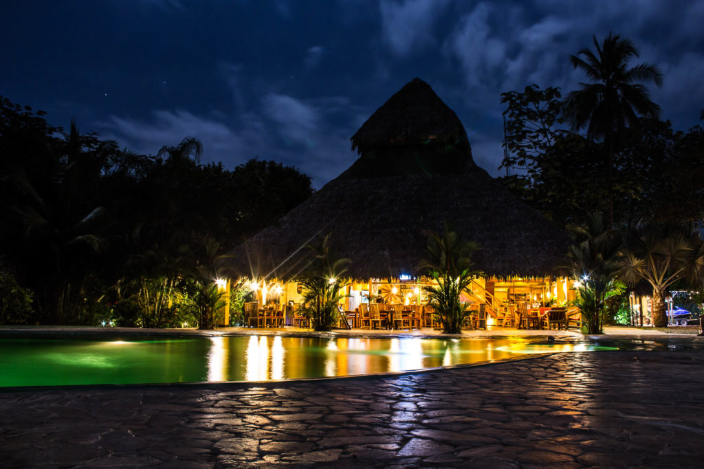 Clandestino Beach Resort de nuit