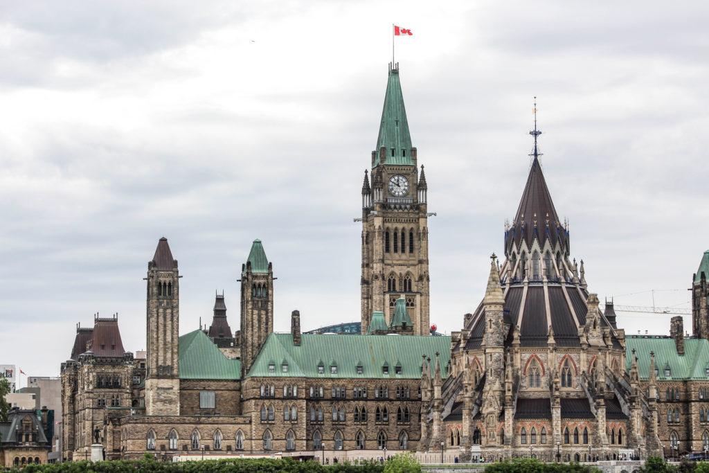 L'Édifice du Centre du Parlement et la Bibliothèque sur la droite