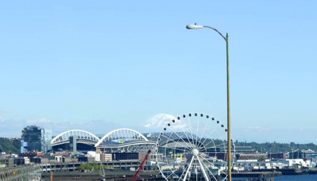 La grande roue, les deux grands stades de Seattle et le Mont Rainier tout au fond