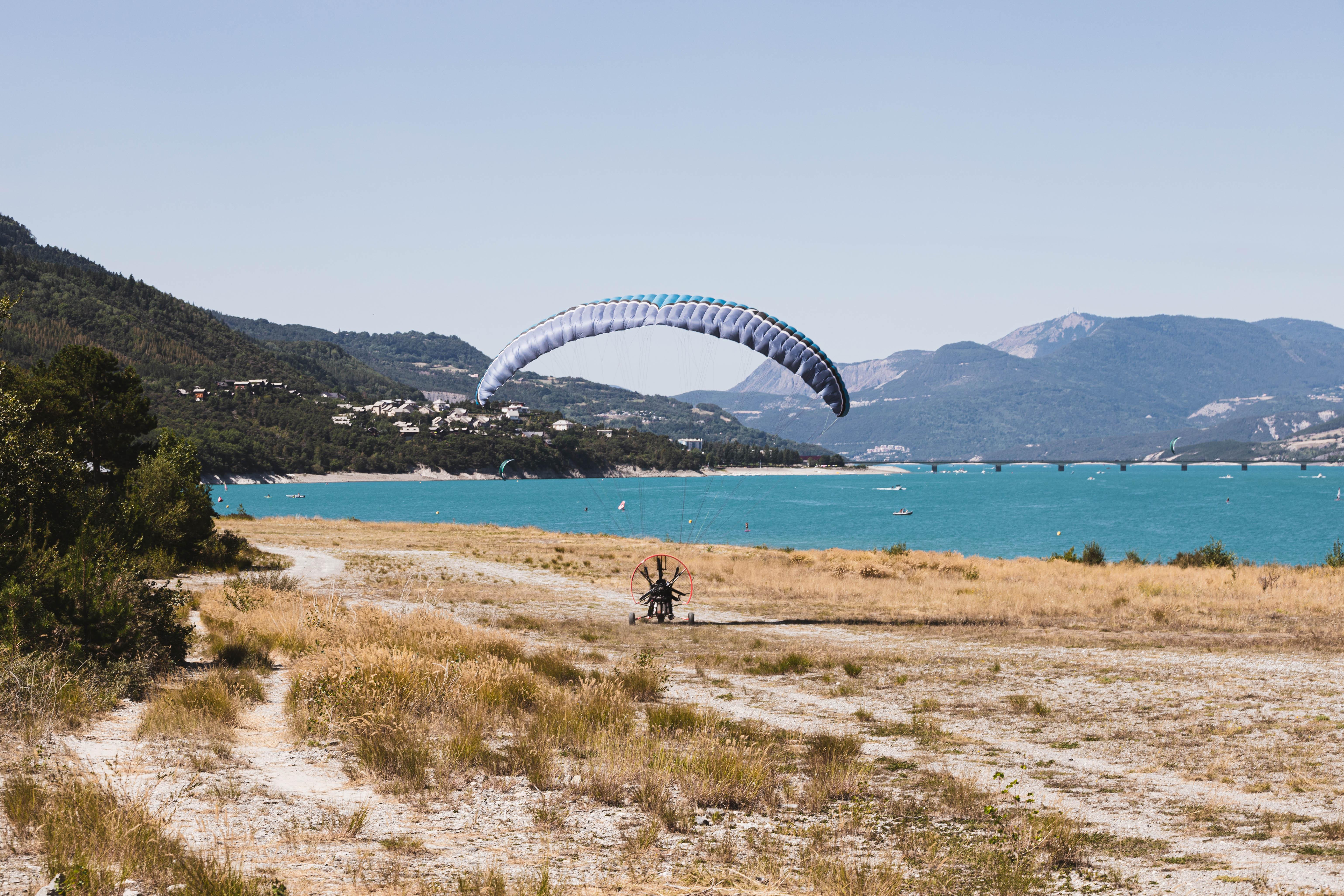 Survoler le lac de Serre-Ponçon en paramoteur